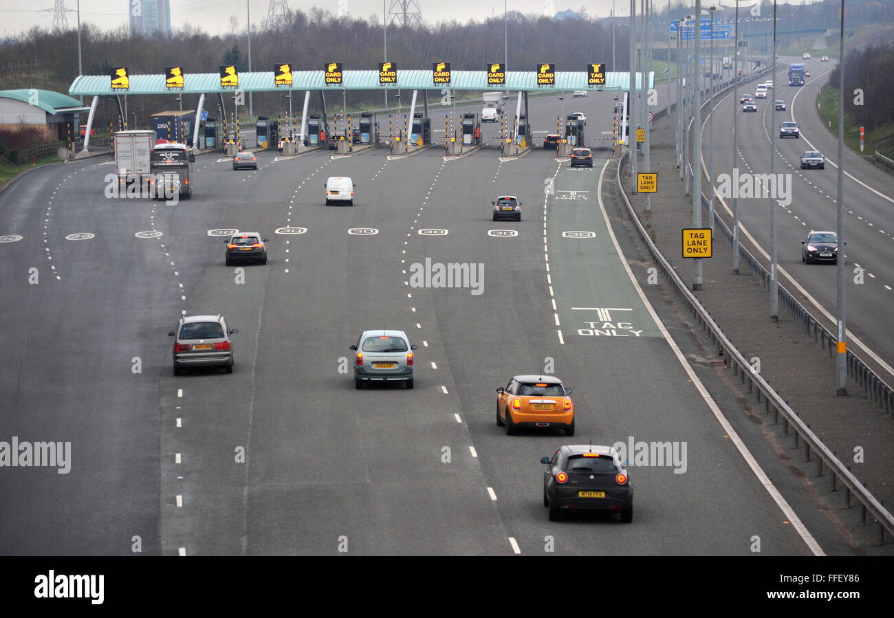 THE M6 TOLL ROAD WITH PAYMENT PLAZA/BOOTHS  AT GREAT WYRLEY NEAR CANNOCK STAFFORDSHIRE RE TOLLS ROADS PAYING  CARS - Stock Image