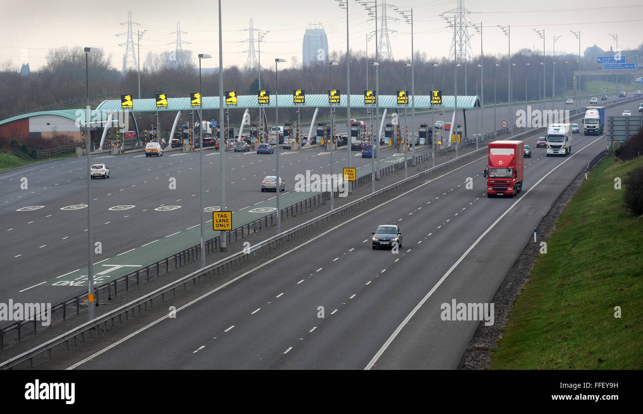 THE M6 TOLL ROAD WITH PAYMENT PLAZA/BOOTHS  AT GREAT WYRLEY NEAR CANNOCK STAFFORDSHIRE RE TOLLS ROADS PAYING  CARS Stock Photo