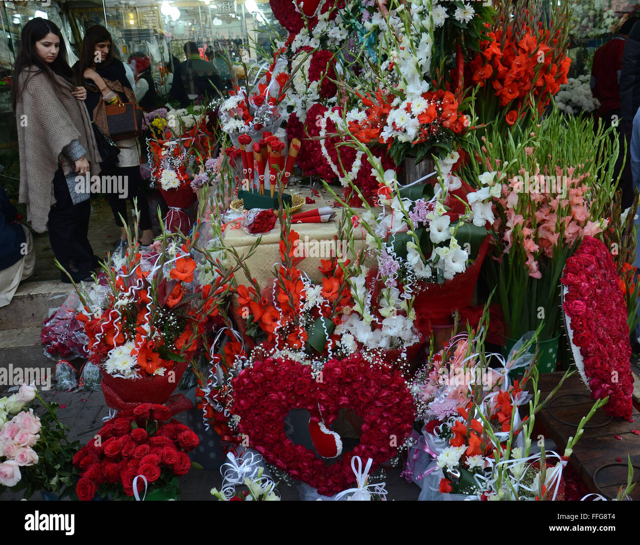 Lahore pakistan 13th feb 2016 pakistani citizens purchasing pakistani citizens purchasing fresh roses flowers bouquets and garlands for loved ones from a big flower whole sale market on the eve of world valentines izmirmasajfo