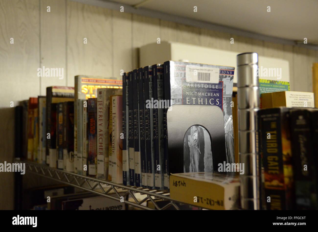 guantanamo bay cuba gtmo camp delta library book shelves - Stock Image