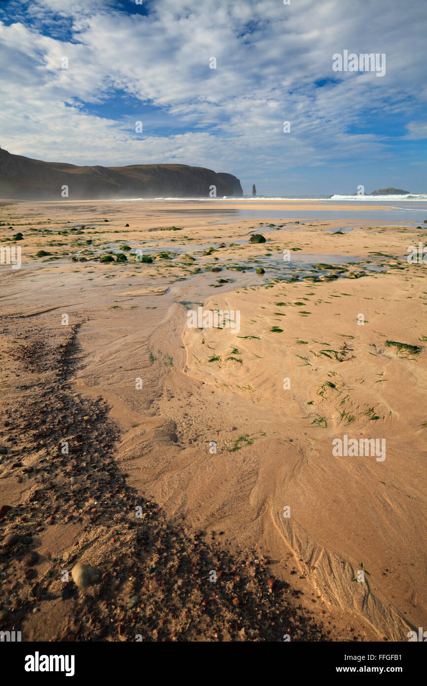 The remote but popular beach at Sandwood Bay, to the north of Kinlochbervie in the far North West Highlands of Scotland. - Stock Image
