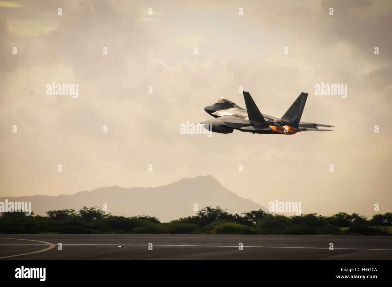 A Hawaii Air National Guard F-22 Raptor takes off from Joint Base Pearl Harbor-Hickam, Hawaii, Sept. 26, 2015. The - Stock Image