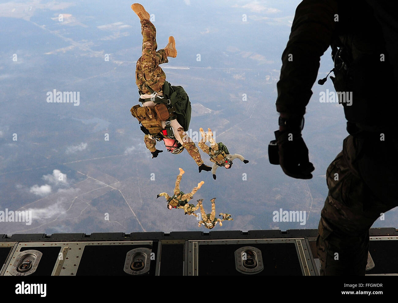 U.S. Airmen, all combat controllers with the 21st Special Tactics Squadron, perform a high-altitude, low-opening - Stock Image