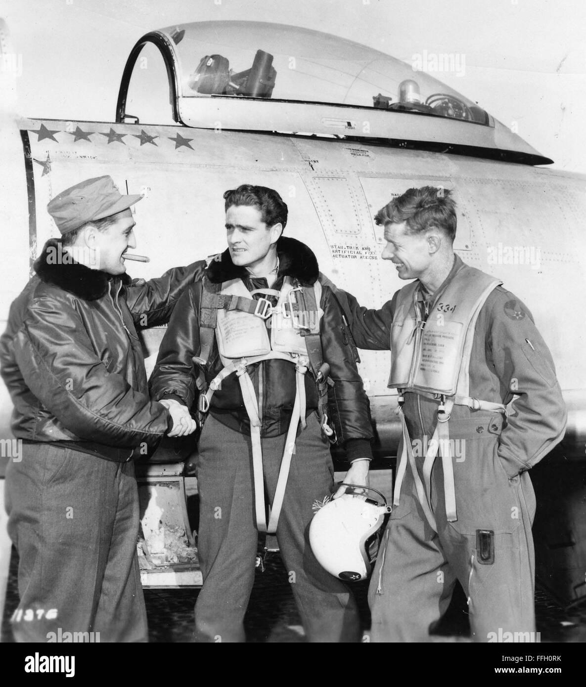 English: Francis S. Gabreski (left) congratulates another World War II and Korean War ace, Maj. William T. Whisner - Stock Image
