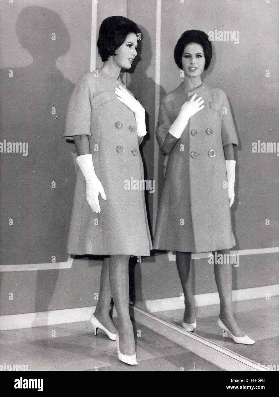 de5ad1fa775f 1966 - Some models of the spring-summer season presented at the well-known  atelier of De Berentzen. A very simple modern style for the italian women.