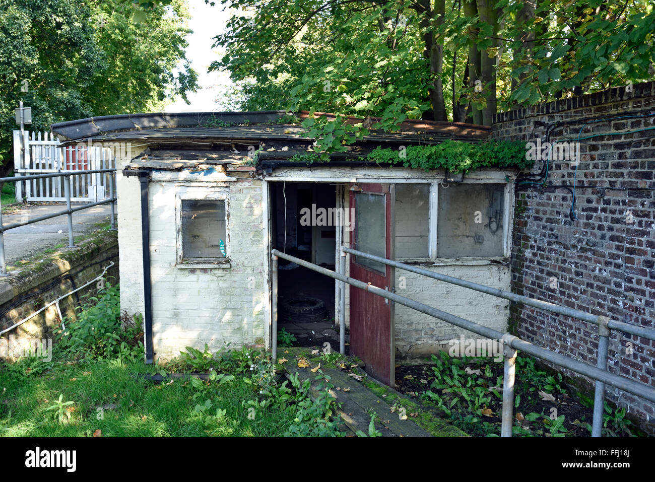 Small derelict industrial single story building, Walthamstow Reservoirs - Stock Image