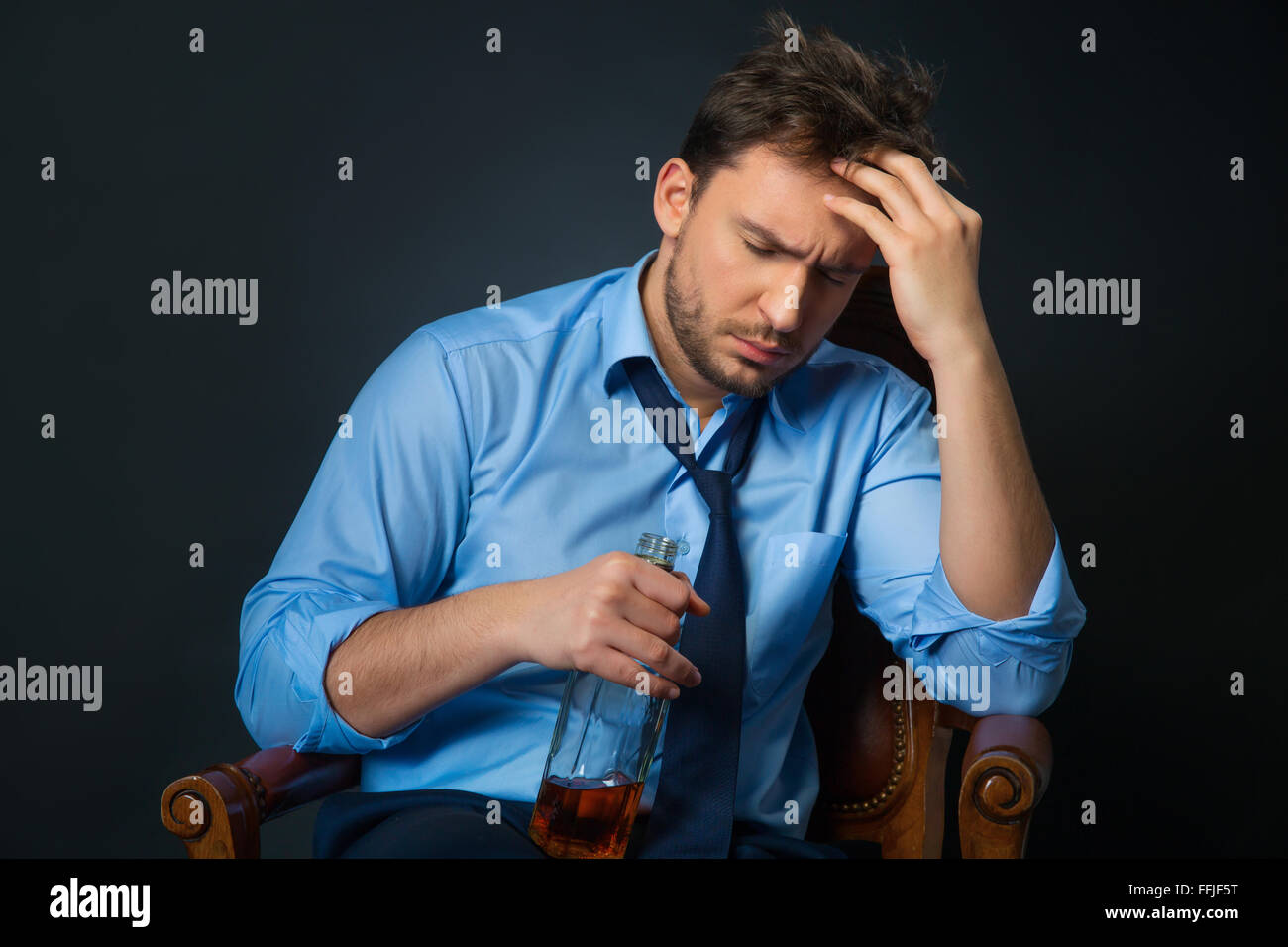Drunk man drinking alcohol - Stock Image