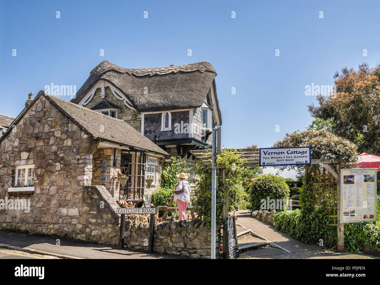 Thatched roof Vernon cottage at village Shanklin, Isle of Wight, South England |  Vernon cottage Dorf Shanklin, - Stock Image