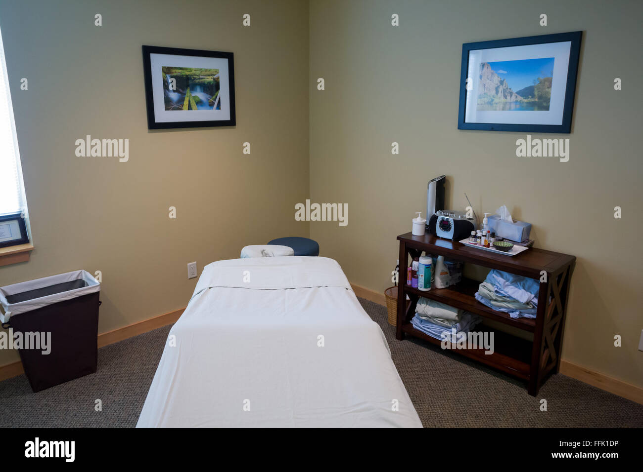 SPRINGFIELD, OR - AUGUST 20, 2014: Massage room with specialized table bed at a doctor's office in Oregon. - Stock Image