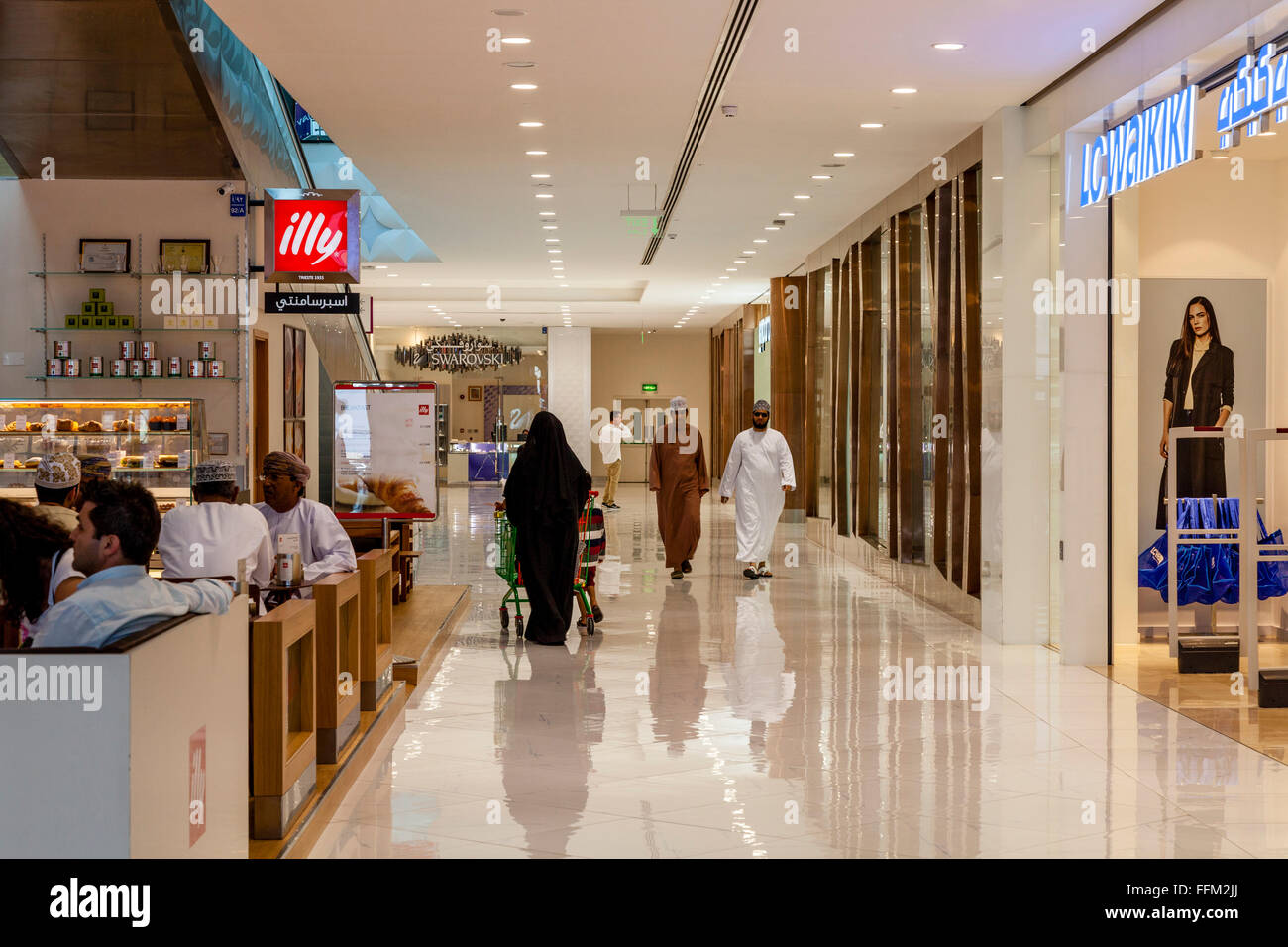 Omani People Shopping In The Oman Avenues Shopping Mall, Muscat, Sultanate Of Oman - Stock Image