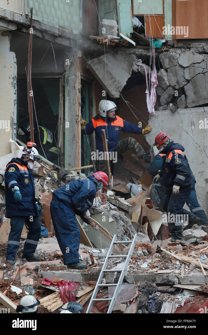 Yaroslavl, Russia. 16th February, 2016. Emergency workers search for survivors and clear the rubble at the site - Stock Image