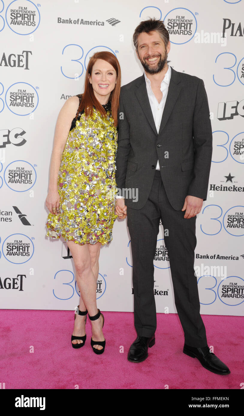 Actress Julianne Moore (L) and director Bart Freundlich arrive at the 2015 Film Independent Spirit Awards on February - Stock Image