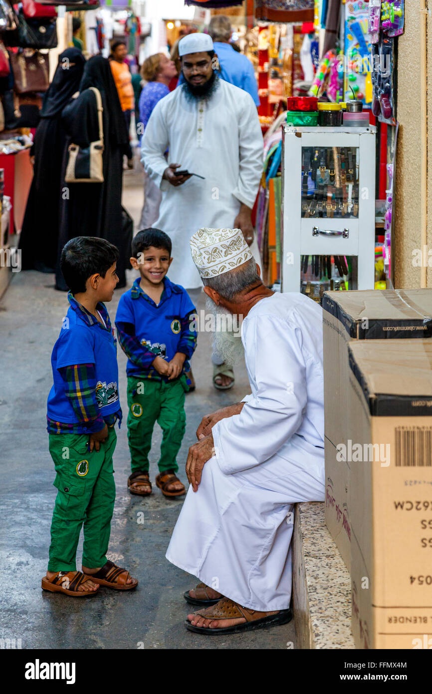 Family Life In The Muttrah Souk (Al Dhalam), Muscat, Sultanate Of Oman - Stock Image