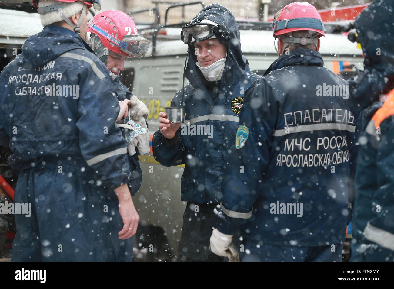Yaroslavl, Russia. 16th February, 2016. Emergency workers at the site of a blast in a block of flats at Shestaya - Stock Image