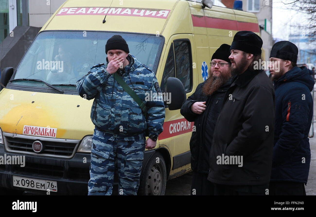 Yaroslavl, Russia. 16th February, 2016. A police officer and Russian Orthodox priests at the site of a blast in - Stock Image