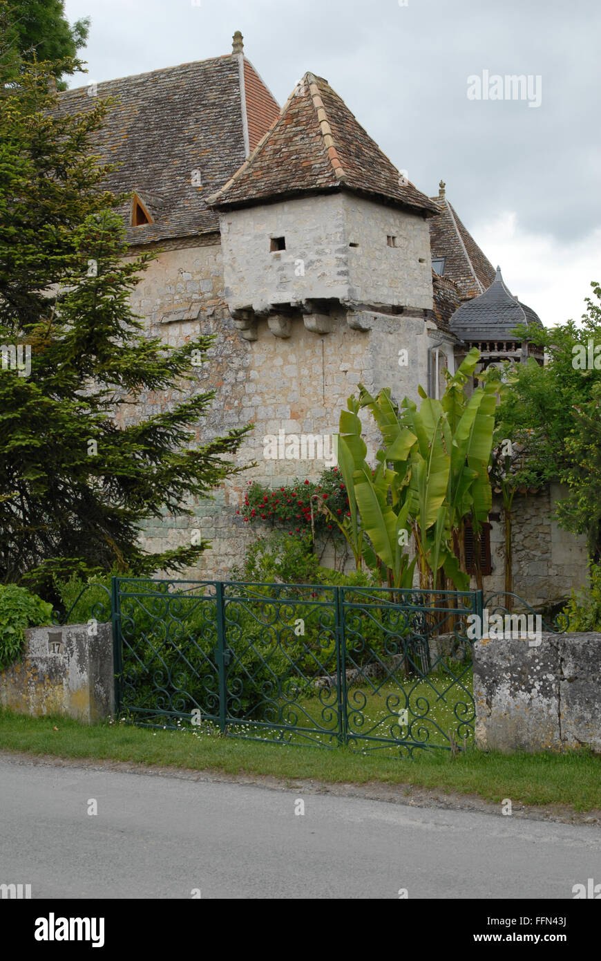 Issigeac, Dordogne.  House on the rue Cardenal with jutting upper storey on a narrow stone pedestal. - Stock Image