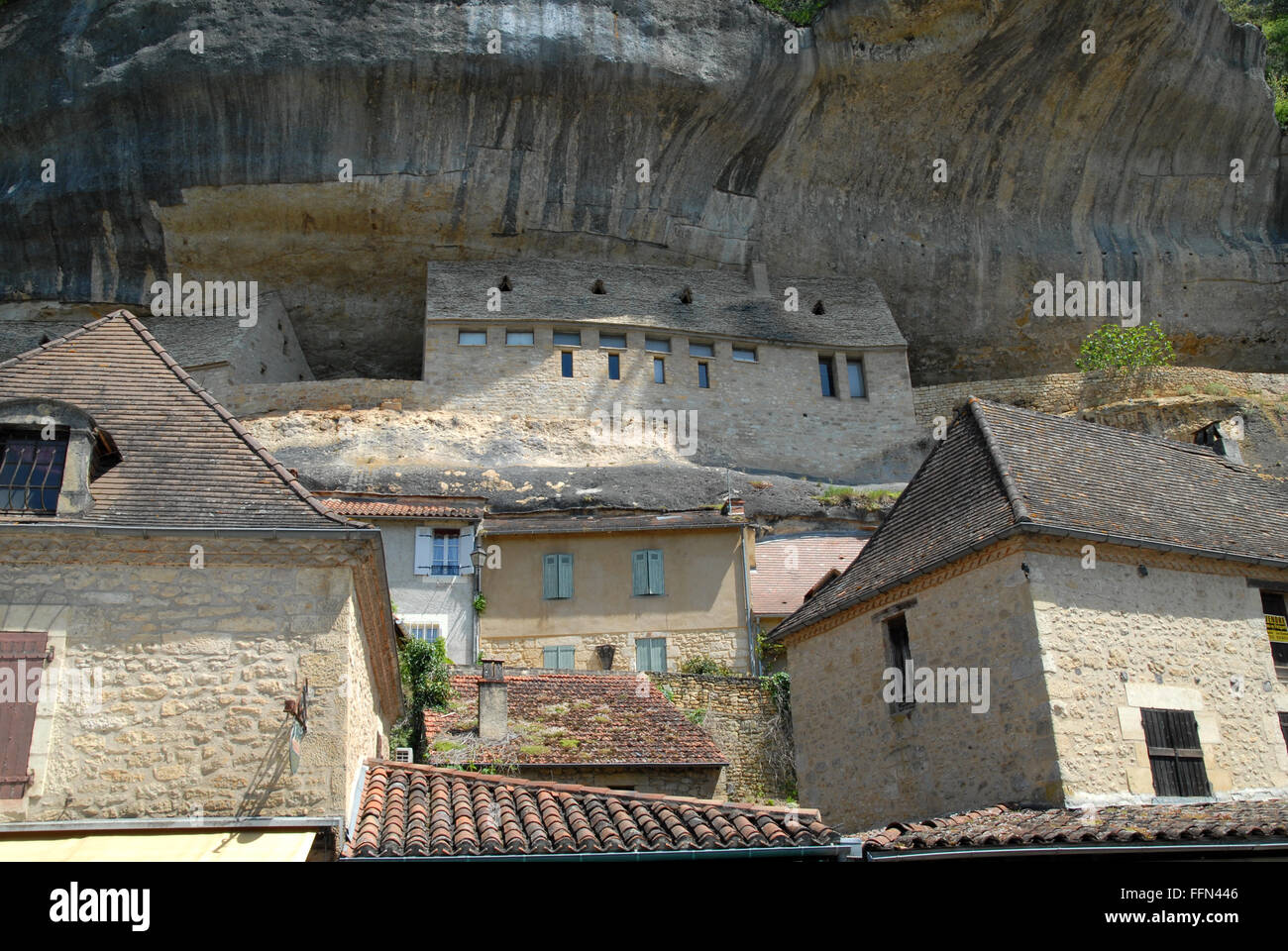 Les Eyzies-de-Tayac, showing part of the National Prehistory Museum built into the limestone rock. - Stock Image
