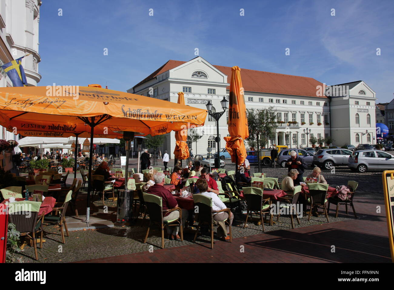 geography / travel, Germany, Mecklenburg-West Pomerania, Wismar, market-place, street cafe with view towards the - Stock Image