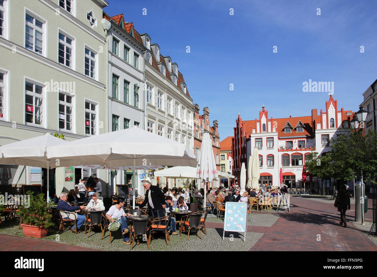 geography / travel, Germany, Mecklenburg-West Pomerania, Wismar, market-place, street cafe, Additional-Rights-Clearance - Stock Image