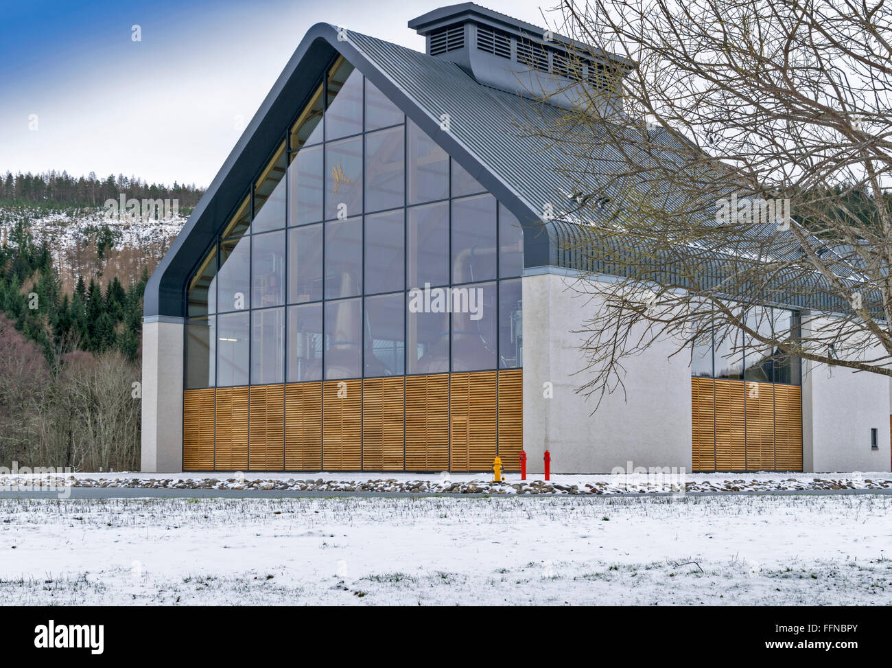 DALMUNACH  A NEW AND MODERN WHISKY DISTILLERY AT CARRON SPEYSIDE SCOTLAND IN THE SNOW THE MAIN ROOM WITH COPPER - Stock Image