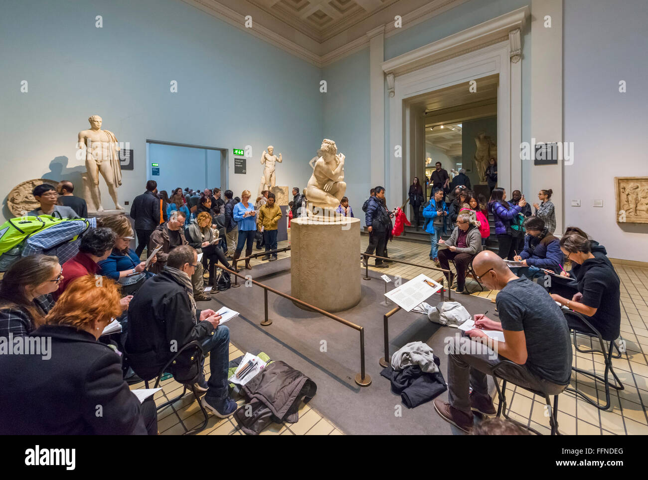 An art class in front of the Lely Venus in Gallery 23, Ancient Greece and Rome Galleries, British Museum, London, - Stock Image