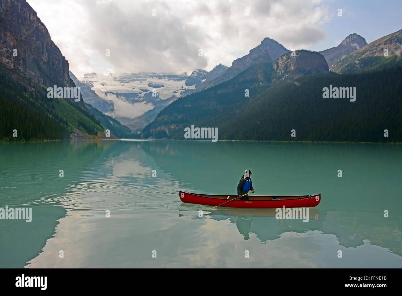 Canoe in lake Louise - Stock Image