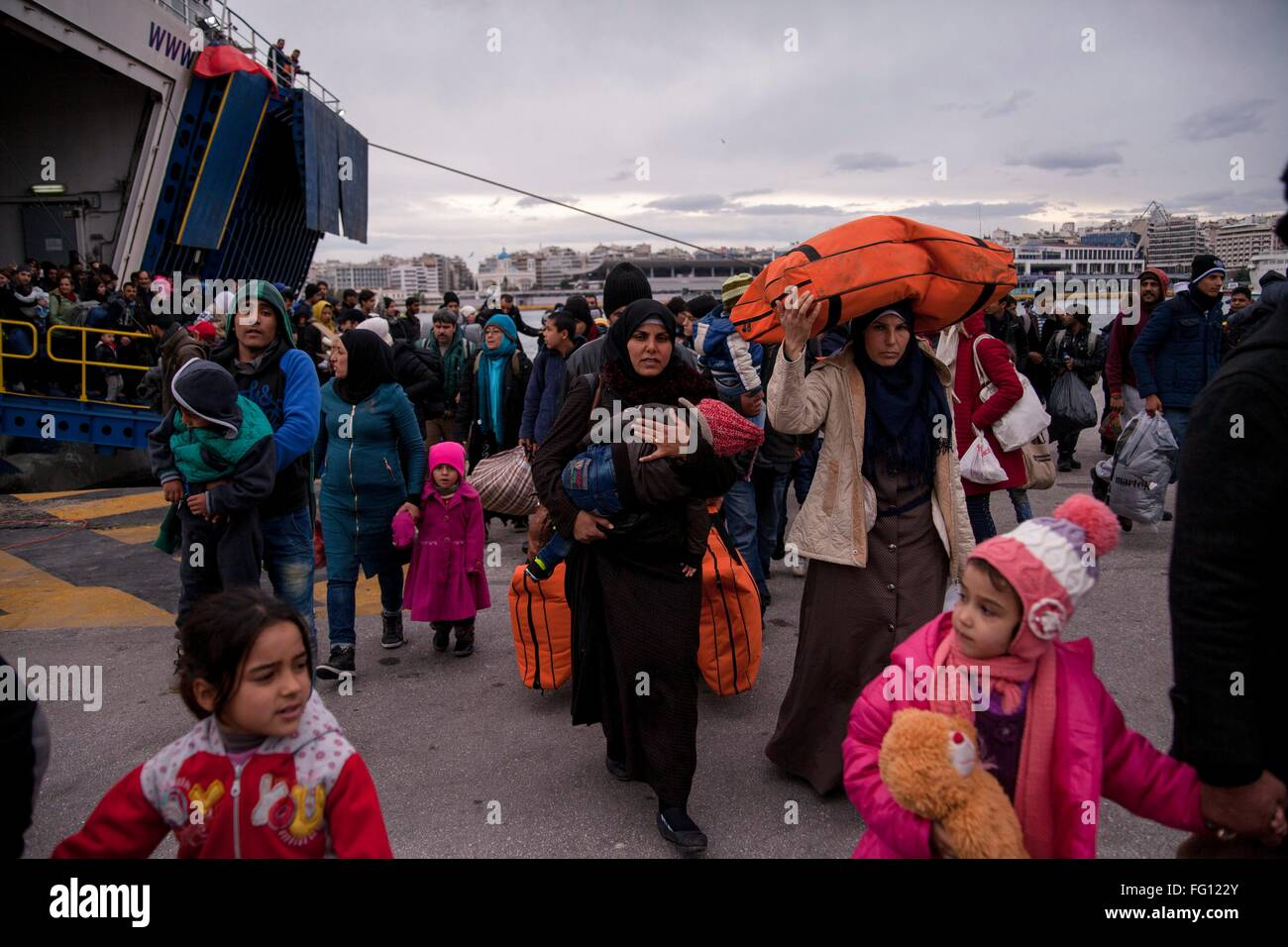 Refguees reach habour of Piraeus. Despite difficulties ahead, thousands of refugees continue to reach main land - Stock Image