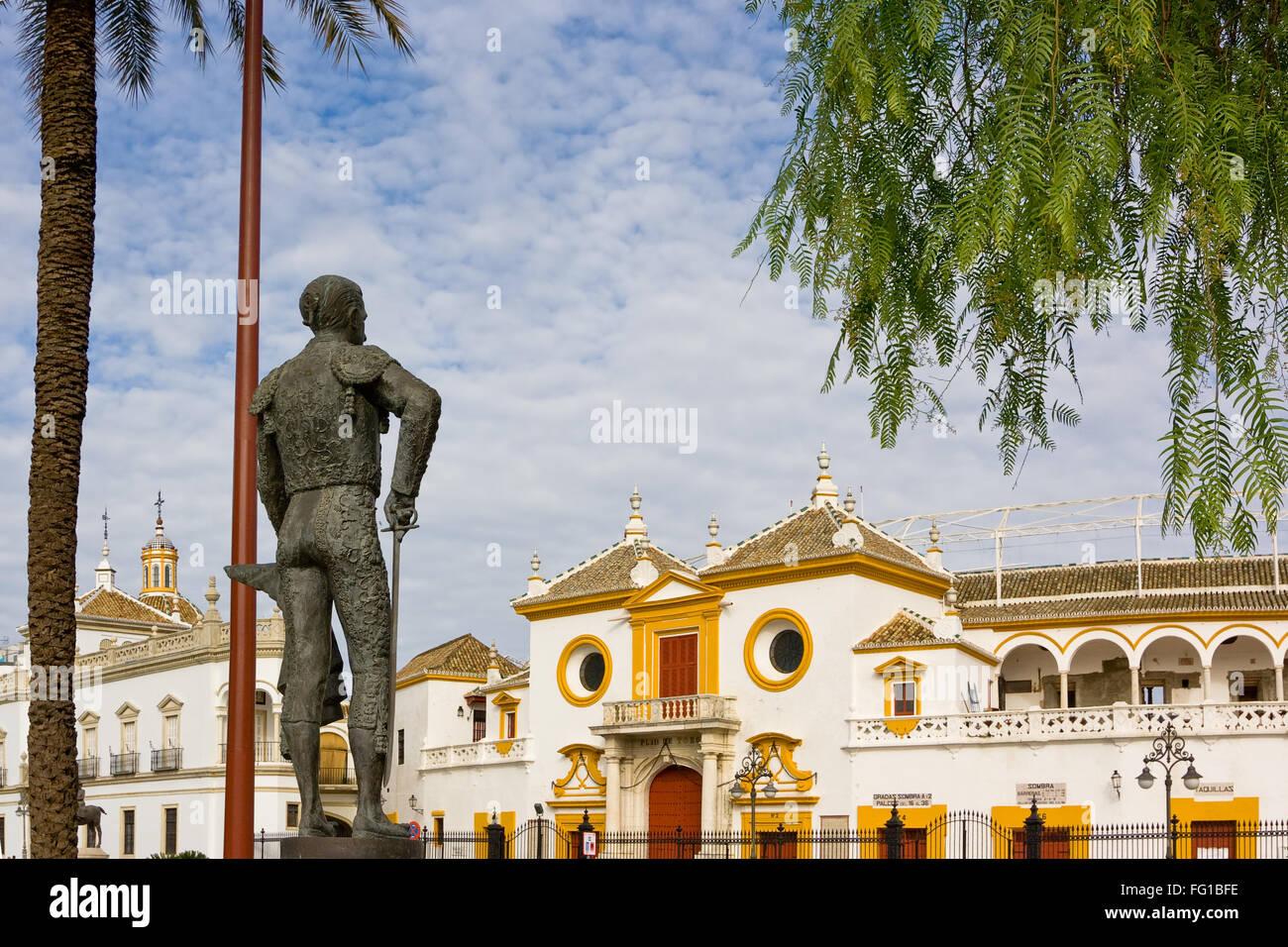 Bronze Statue of matador Pepe Luis Vazquez lloking at the main entrance of plaza de toros de La Real Maestranza - Stock Image