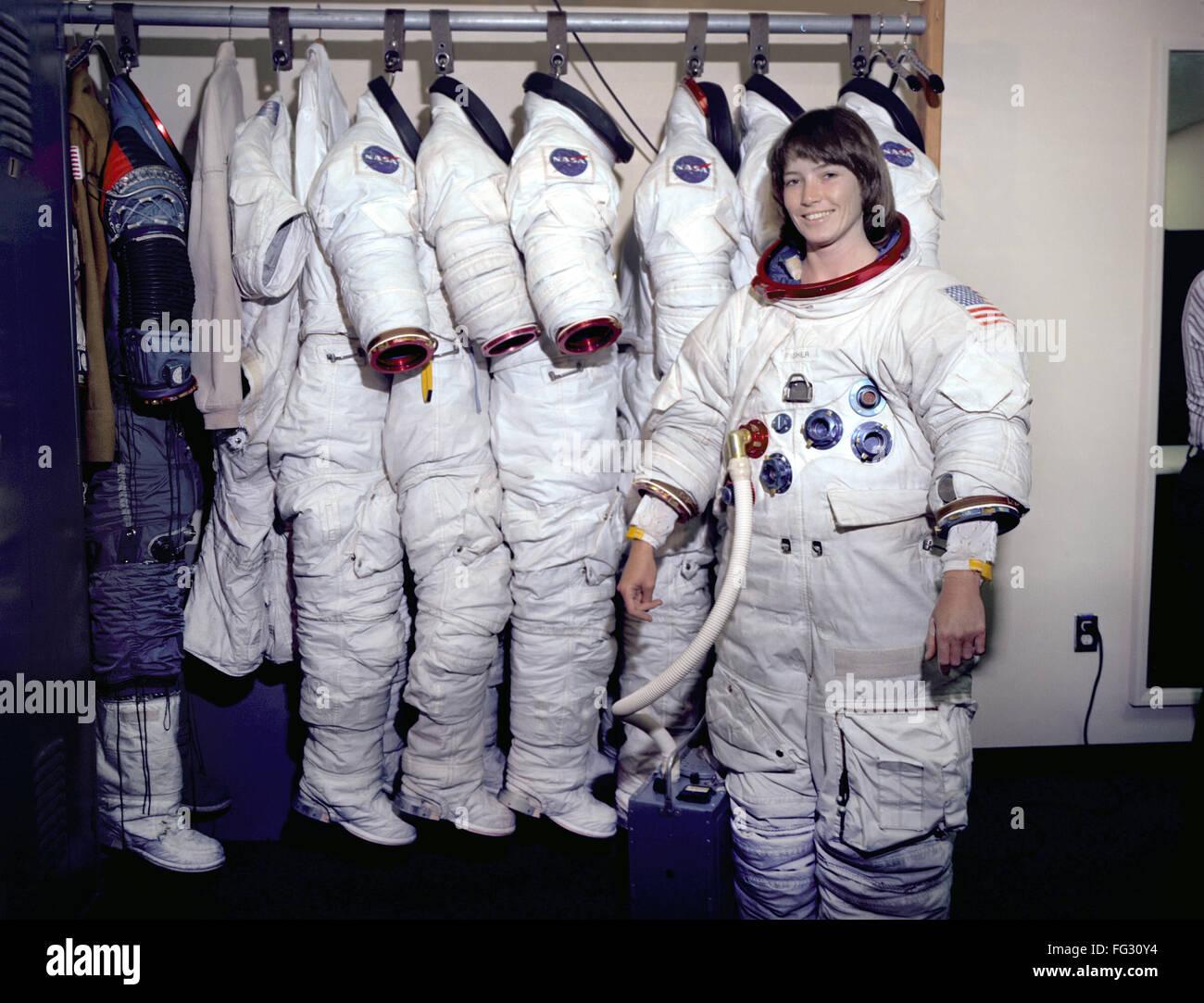 woman astronaut in diaper - HD1200×916