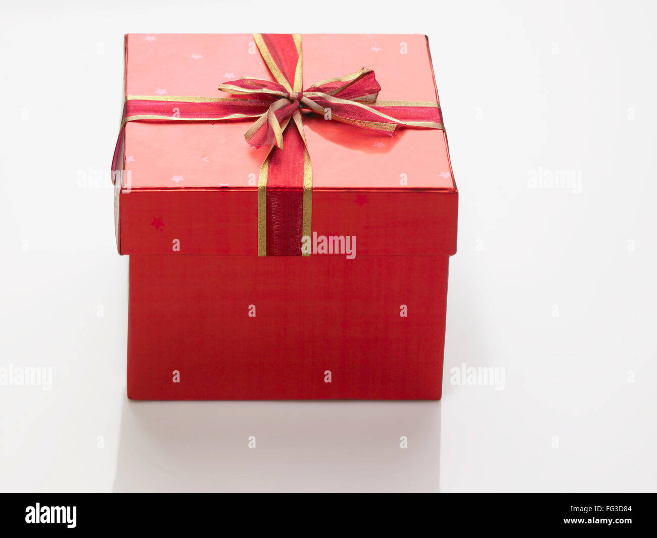 Red square gift box tied with ribbon bow shape - Stock Image