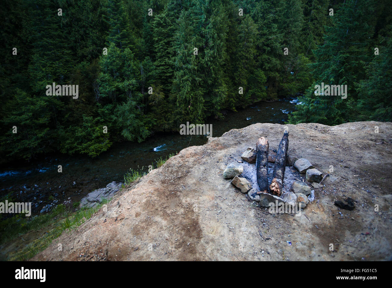 Campfire location along the North Umpqua River in the national forest. - Stock Image