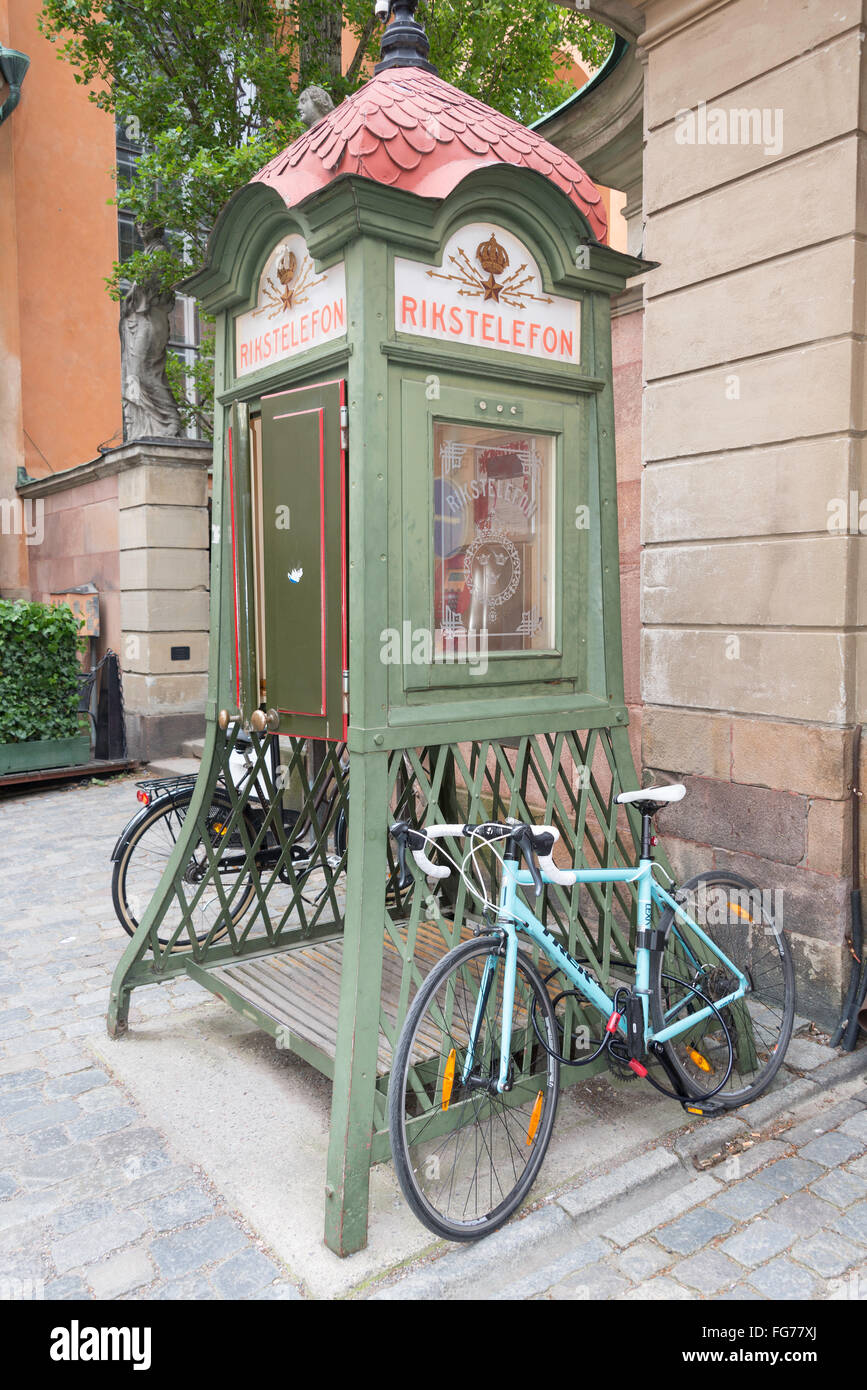 Period wooden telephone kiosk (Rikstelefon), Norrmalm District, Stockholm, Kingdom of Sweden - Stock Image