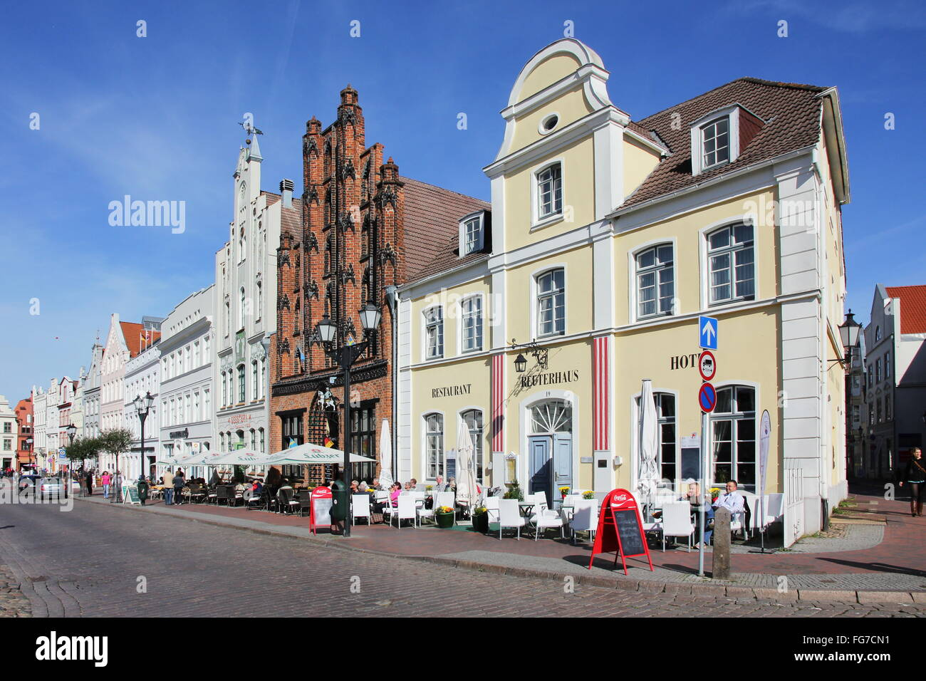 geography / travel, Germany, Mecklenburg-West Pomerania, Wismar, Am Markt, house fronts with 'Alter Schwede' - Stock Image
