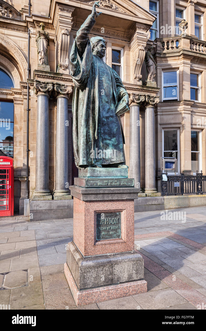 Statue of Dr Hook, former Vicar of Leeds in front of the Old Post Office in City Square, Leeds, West Yorkshire. - Stock Image