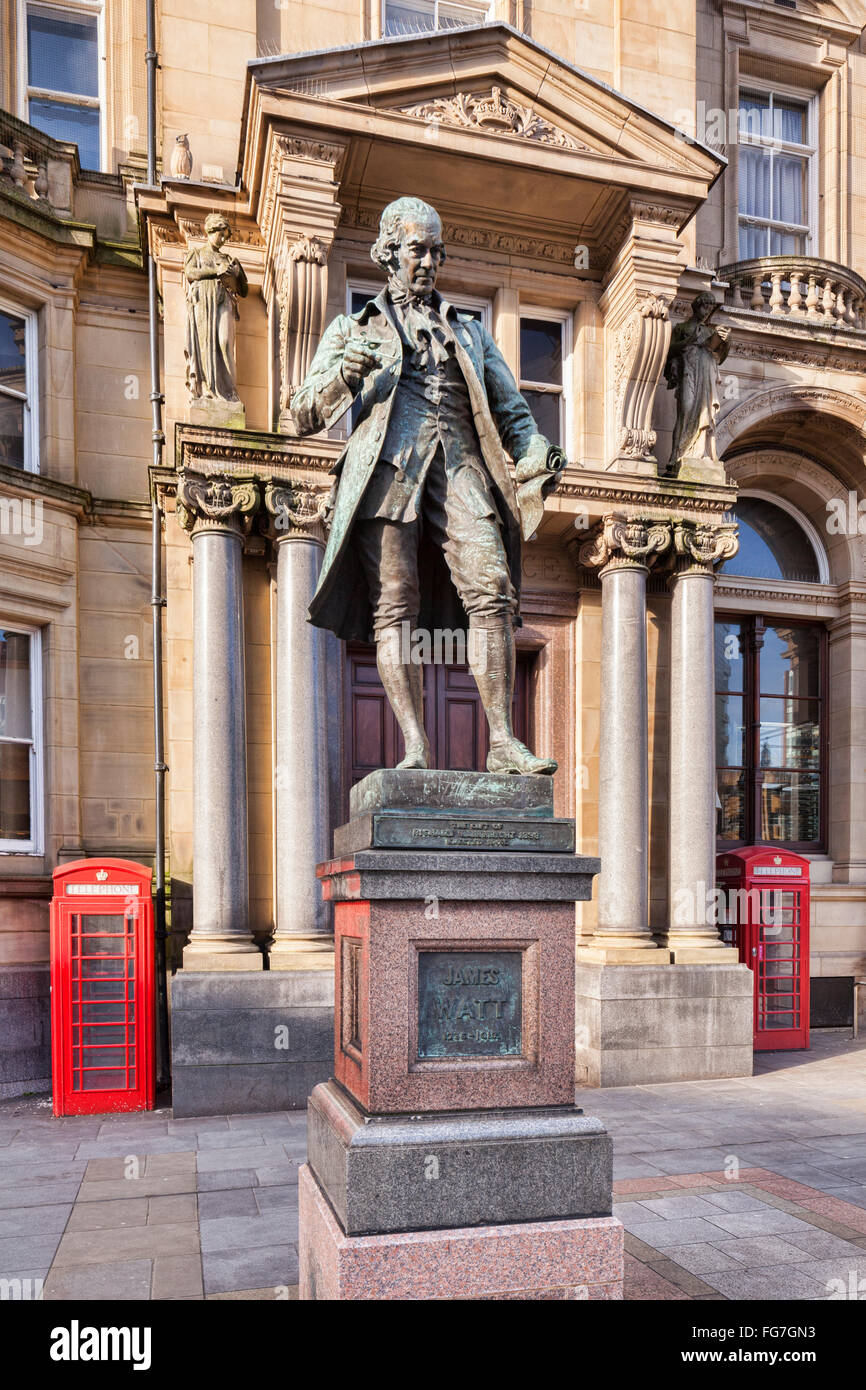 Statue of engineer James Watt in front of the Old Post Office in City Square, Leeds, West Yorkshire. - Stock Image