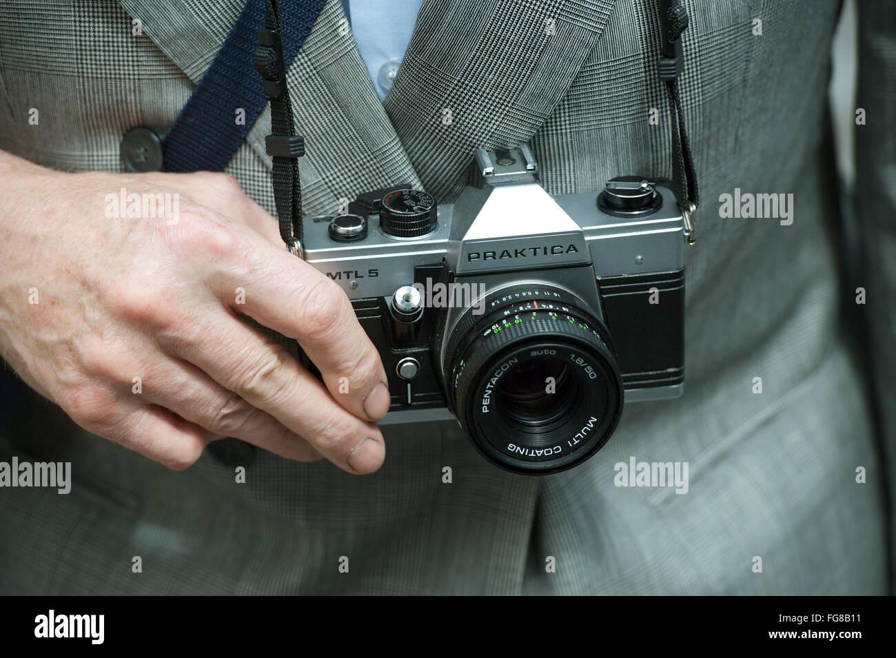 A man holds the single-lens reflex camera Praktica MTL 5 in his hands in Eisleben (district Mansfeld-Südharz), - Stock Image