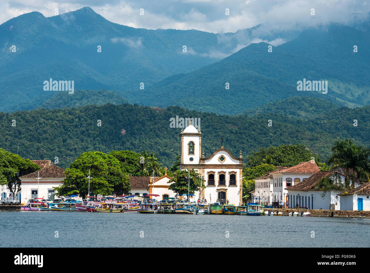 Tourist boats waiting for tourists near the Church Igreja de Santa Rita de Cassia in Paraty - Stock Image
