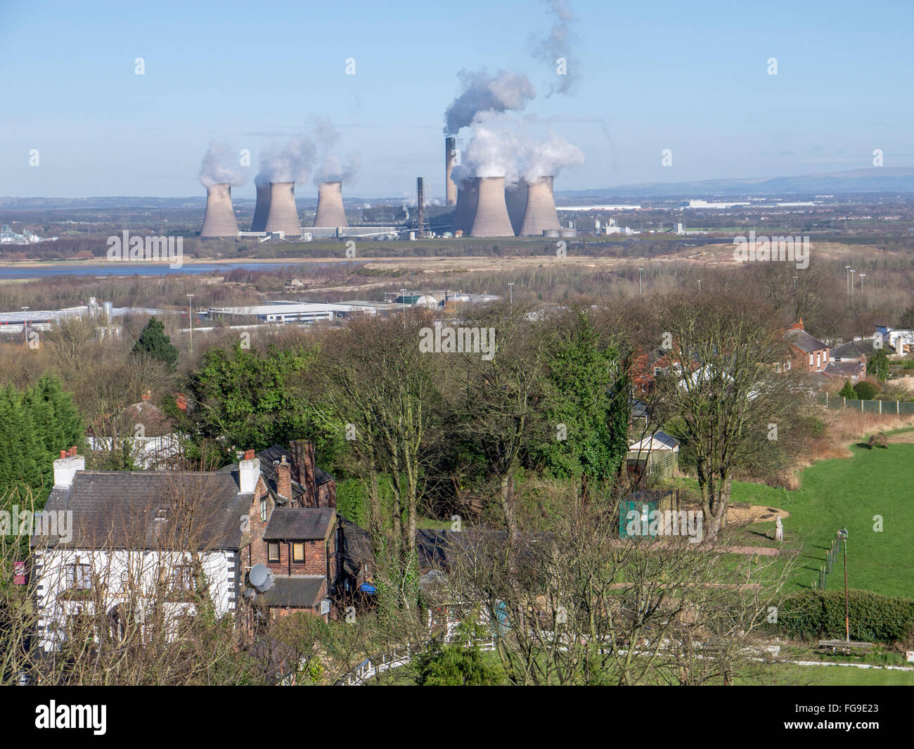 Local public house in the foreground and Fiddlers Ferry power station in the background. - Stock Image