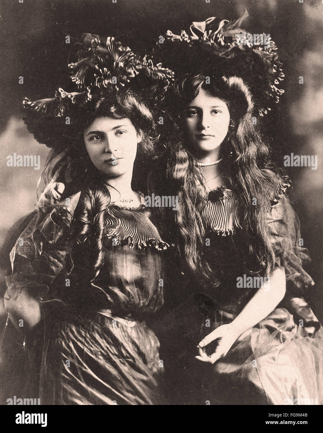 Twin girl Couples in Victorian and Edwardian Eras - Stock Image