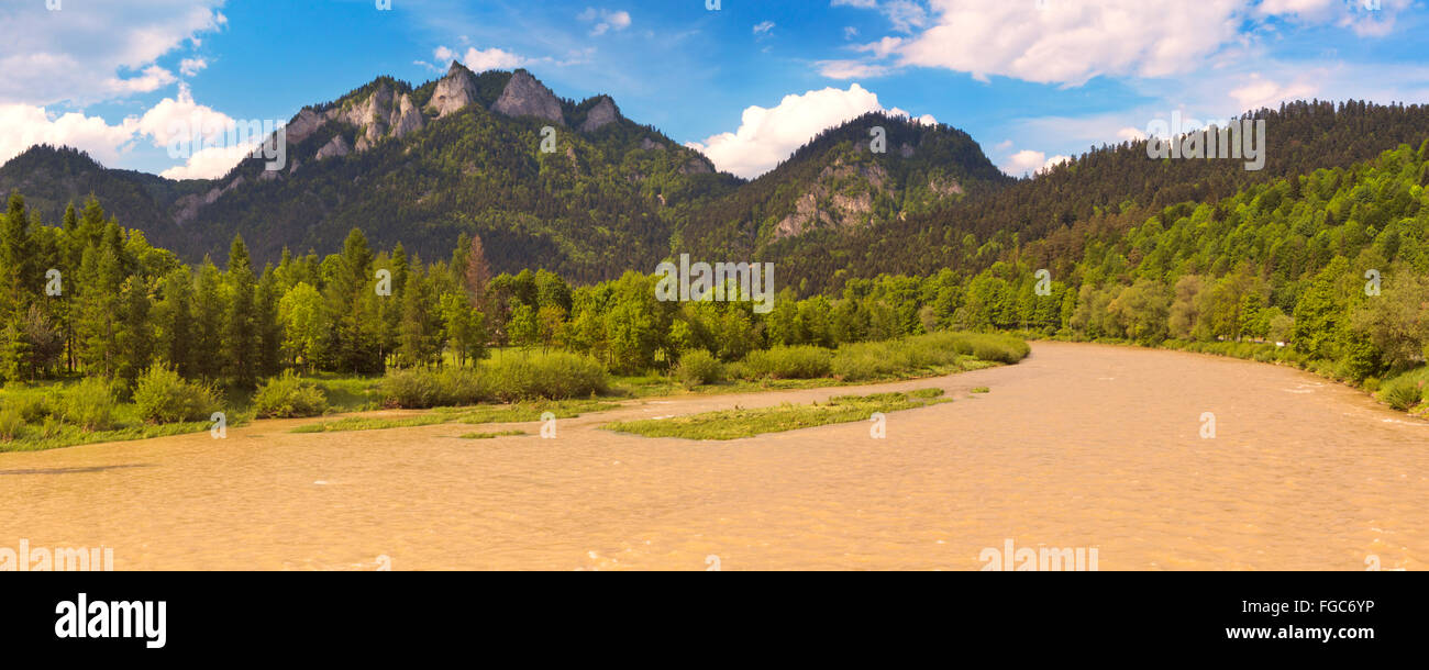 The Dunajec River and Pieniny Mountains on the Polish / Slovakian border on a bright and sunny day. - Stock Image