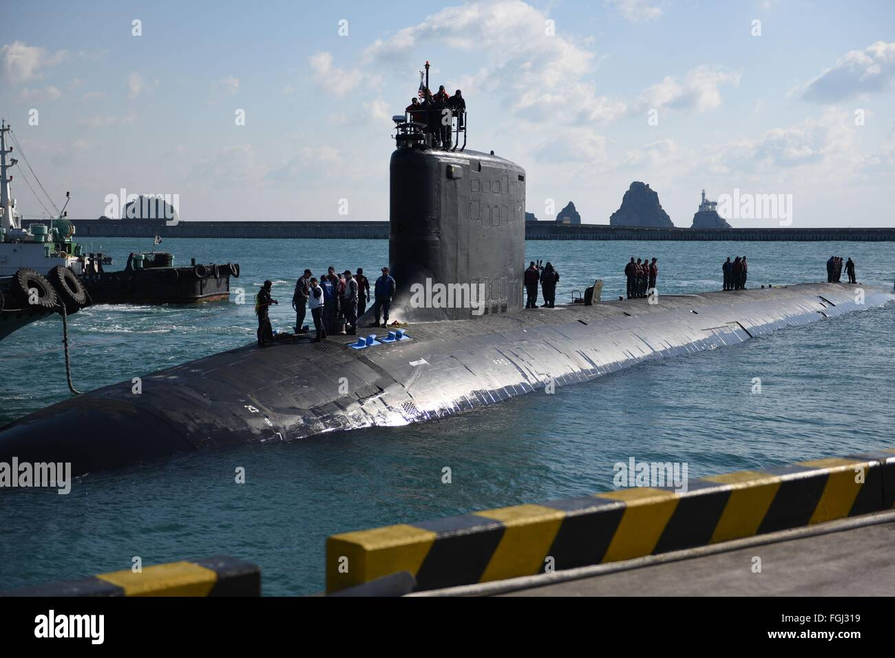 US Navy Virginia-class attack submarine USS North Carolina pulls into dock at ROK Fleet base February 16, 2016 in - Stock Image