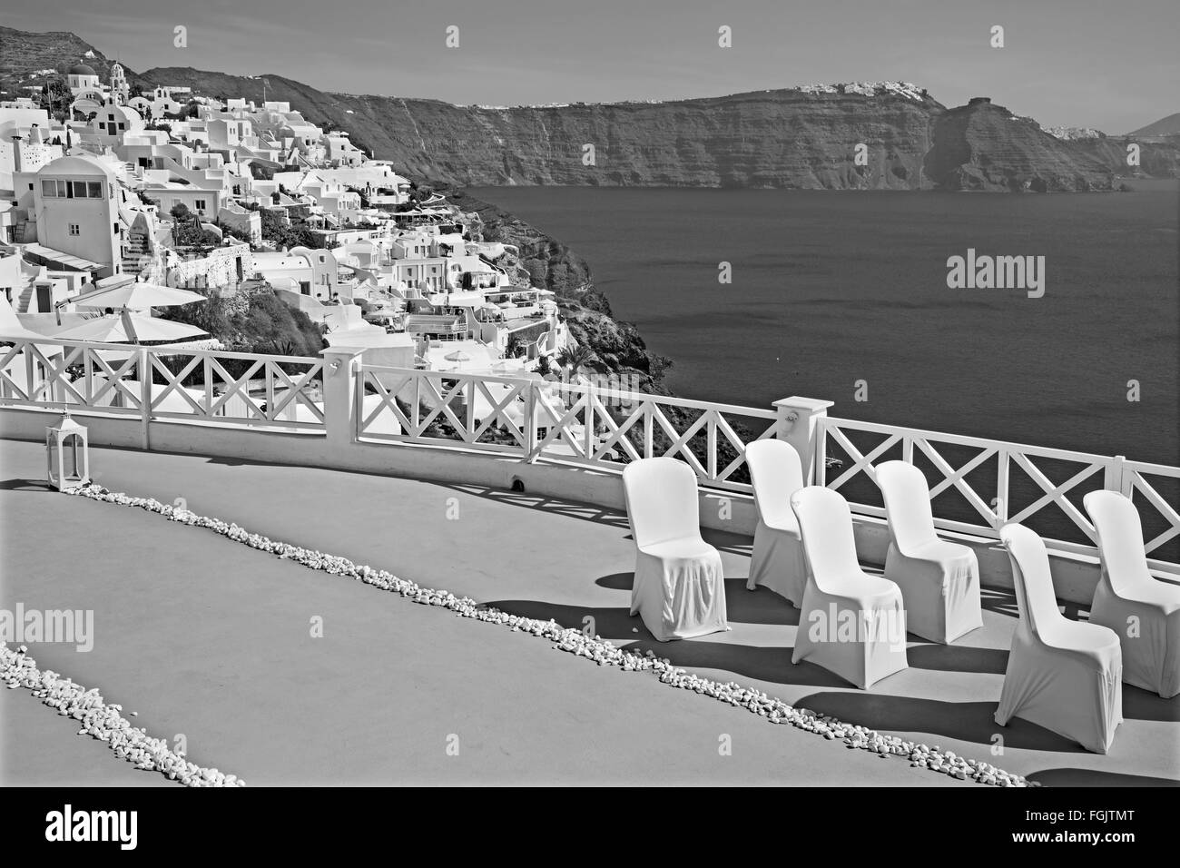 Santorini - The luxury resort geared to wedding ceremony in Oia (Ia) and the caldera cliffs in the background. - Stock Image