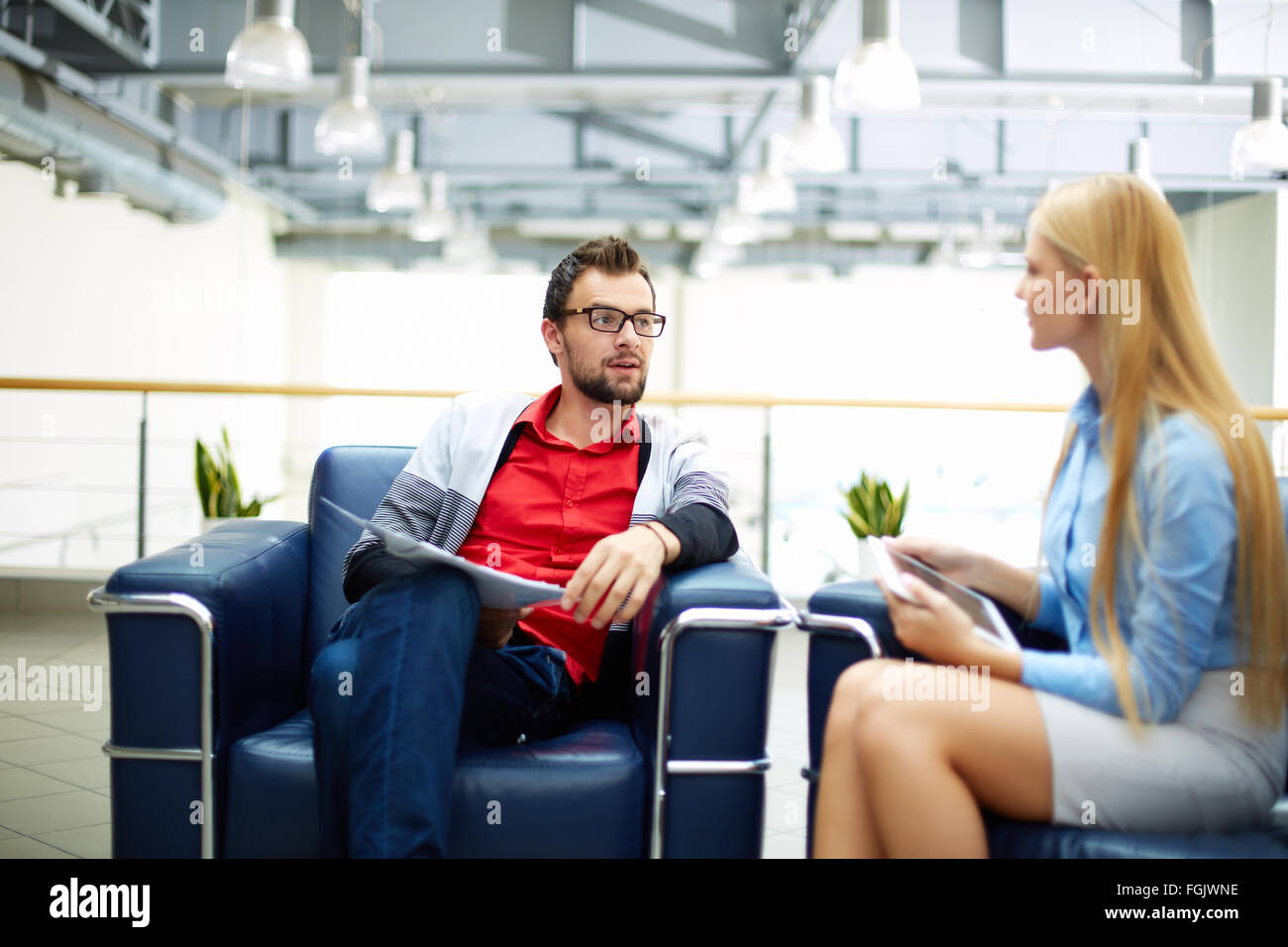Two co-workers discussing plans in office - Stock Image