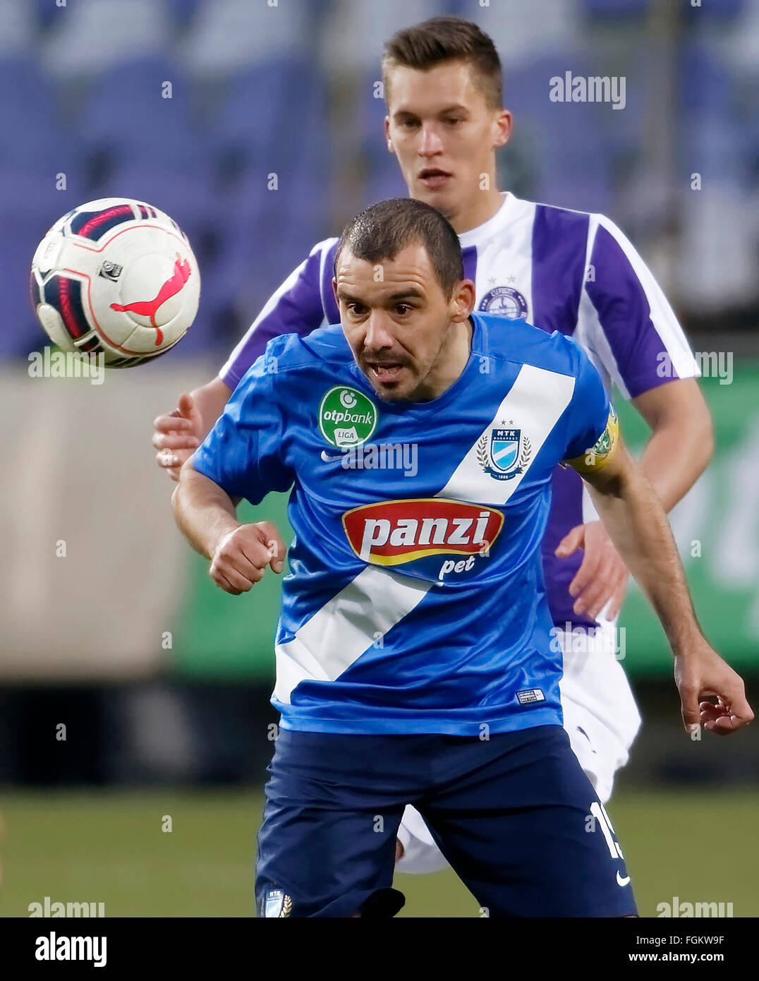 Budapest, Hungary. 20th February,  2016. Jozsef Windecker of Ujpest (r) and Jozsef Kanta of MTK watch the ball during - Stock Image