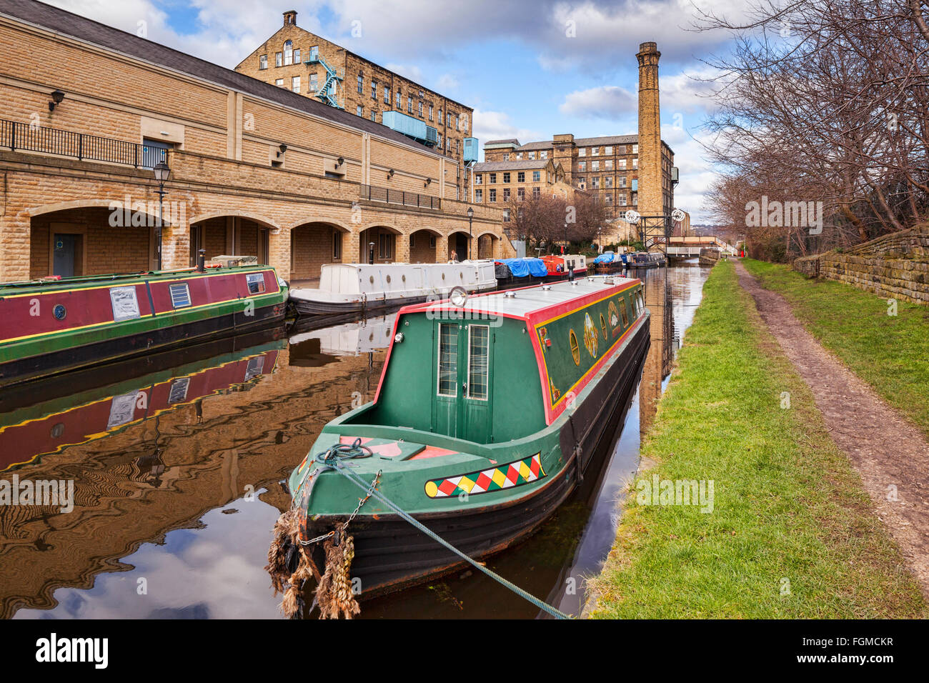 Narrowboats on the Huddersfield Broad Canal in winter, West Yorkshire, England, UK - Stock Image