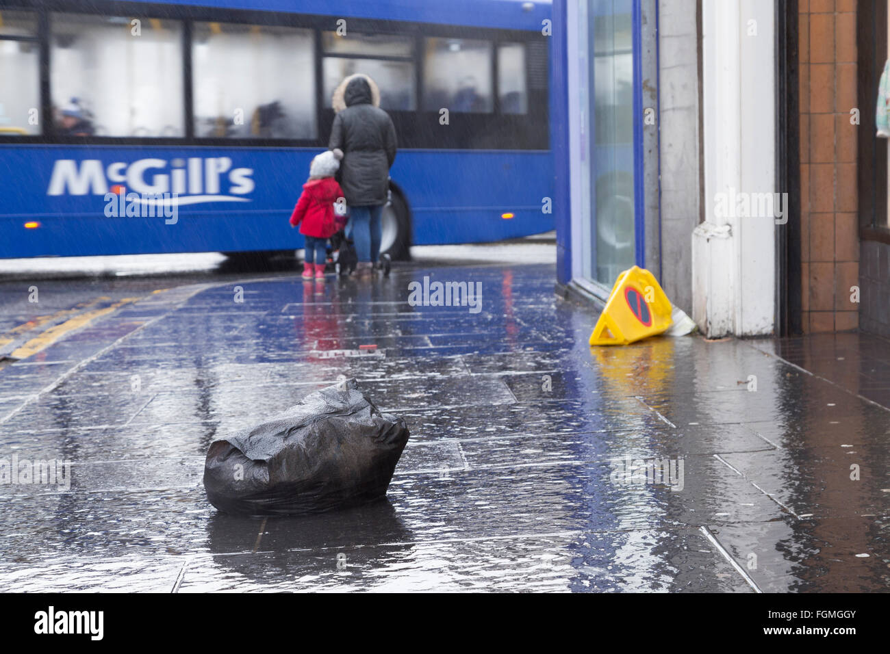 rubbish on high street in Paisley, 26/01/2016 - Stock Image