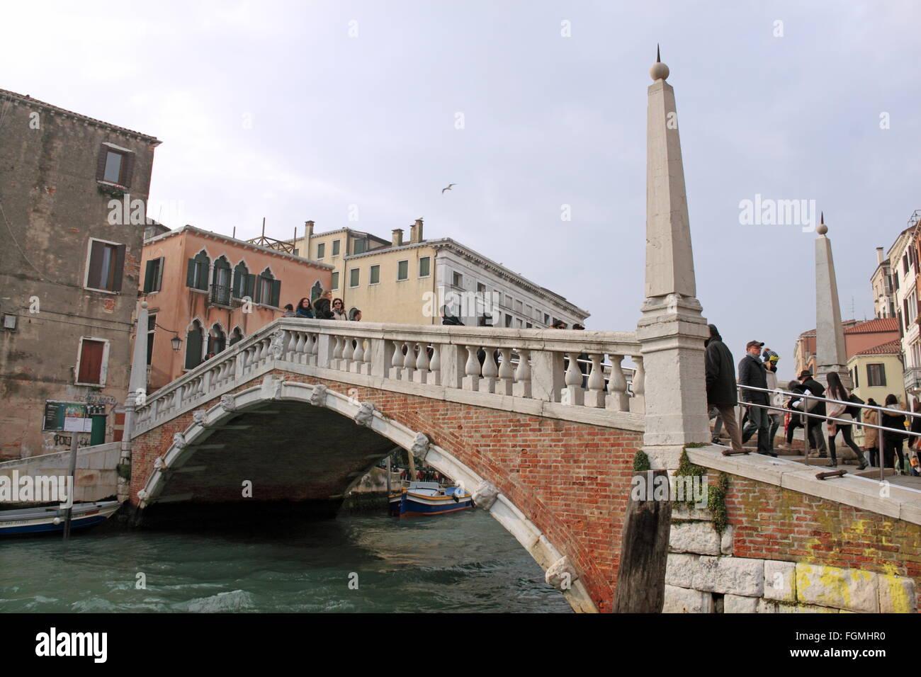 Ponte delle Guglie (Bridge of Spires), Canale di Cannaregio, Cannaregio, Venice, Veneto, Italy, Adriatic Sea, Europe - Stock Image