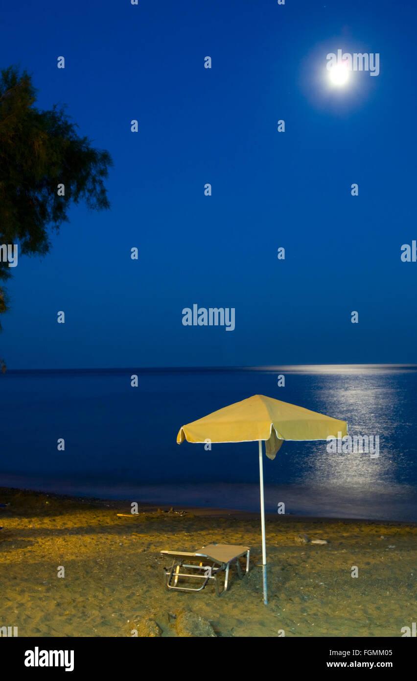 Griechenland, Kreta, Lendas, Vollmondnacht am Strand - Stock Image