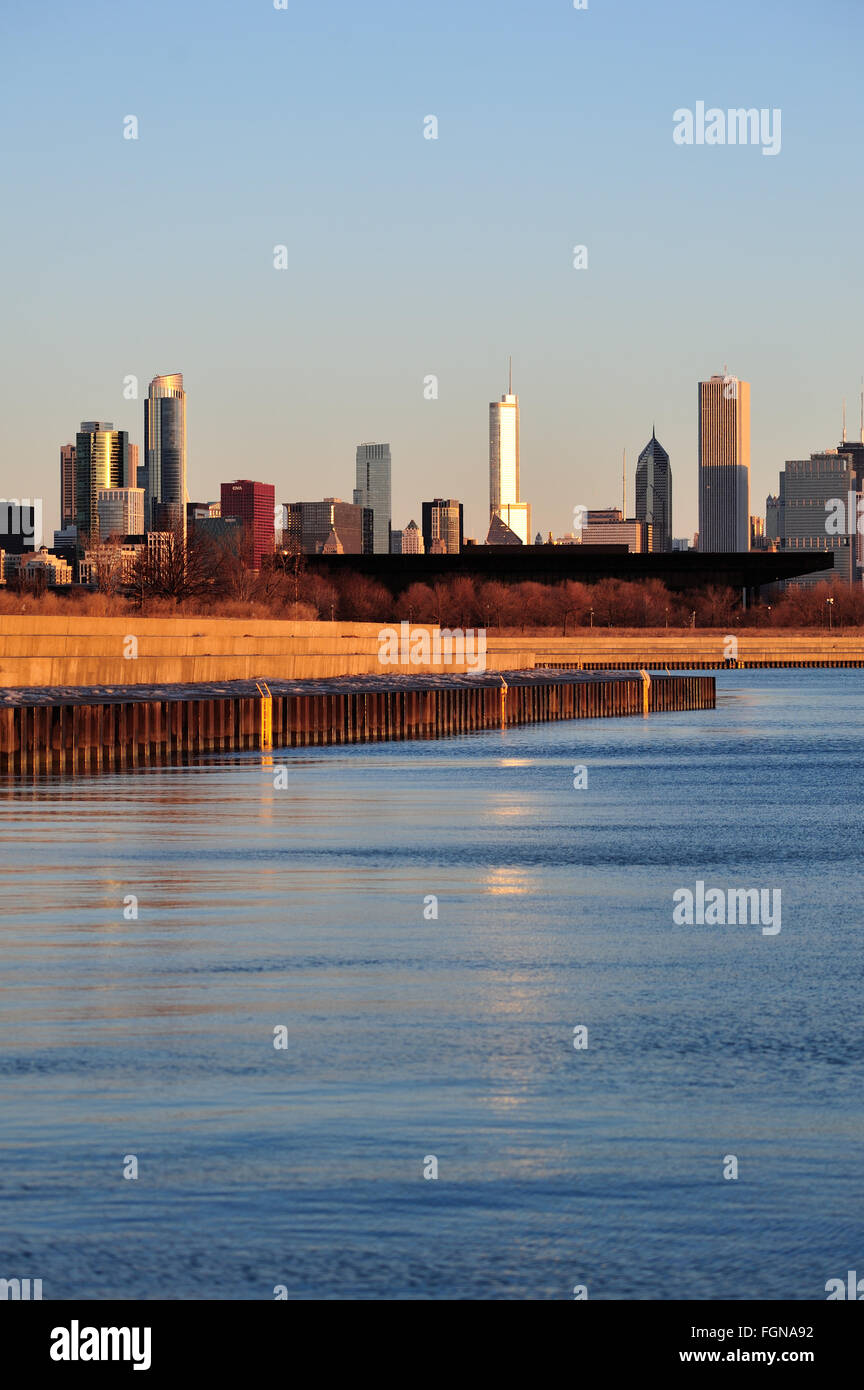 Chicago, Illinois, USA. he Chicago skyline beyond the waters of Lake Michigan near Chicago's 31st Street Harbor. - Stock Image