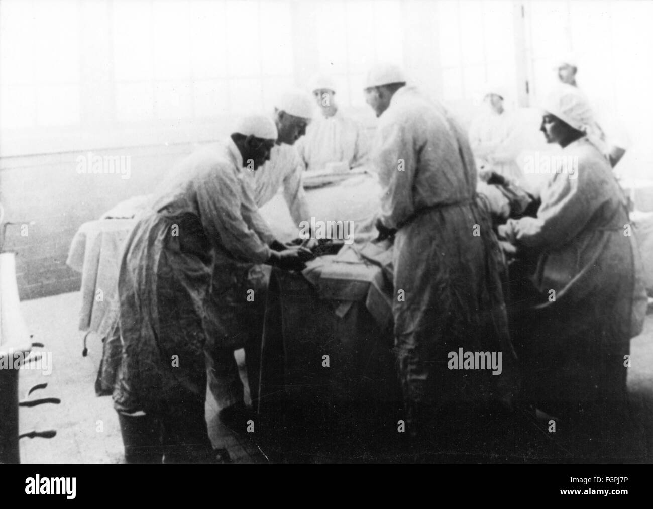 medicine, anesthesia, anaesthetic nurse trickling anesthetic onto the mask, 1919, Additional-Rights-Clearences-NA - Stock Image